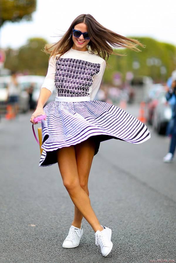 Set váy đầm đẹp mix với giày thể thao cá tính độc đáo