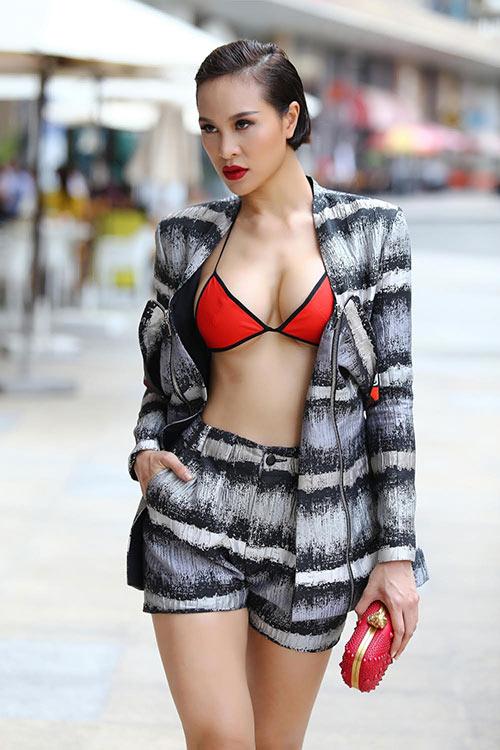 Diện bikini xuống phố như MC Phương Mai