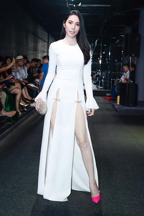Muôn kiểu váy xẻ 'đau mắt' của mỹ nhân Việt