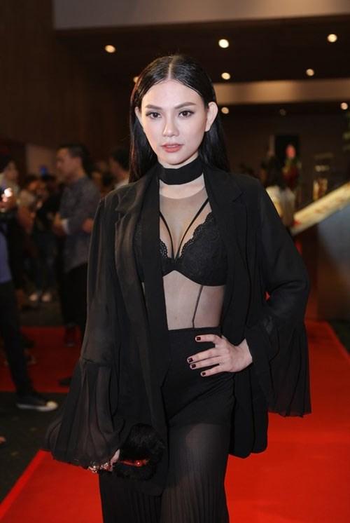 Người đẹp Việt tự tin khoe ngực lép với bratop