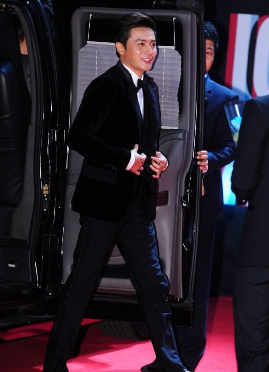 Phong độ, lịch lãm cùng suit với Jang Dong Gun
