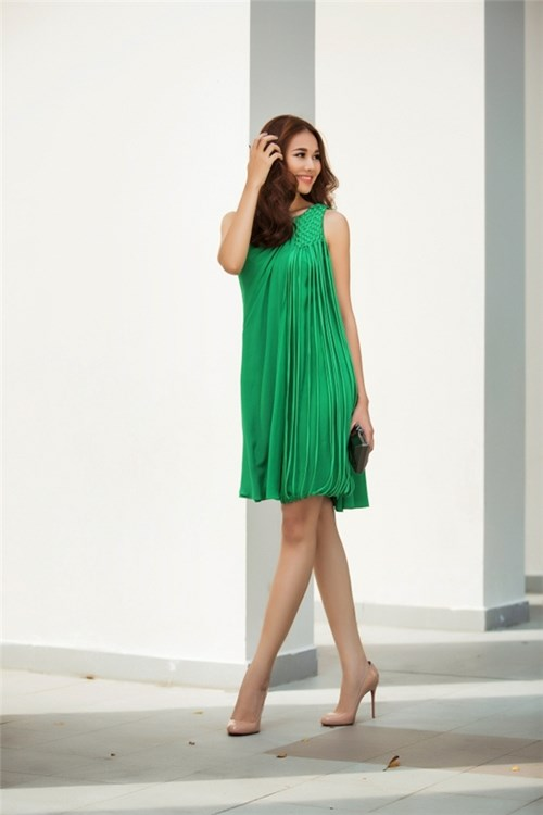 Tuyệt chiêu đón hè váy rộng đơn sắc của Thanh Hằng