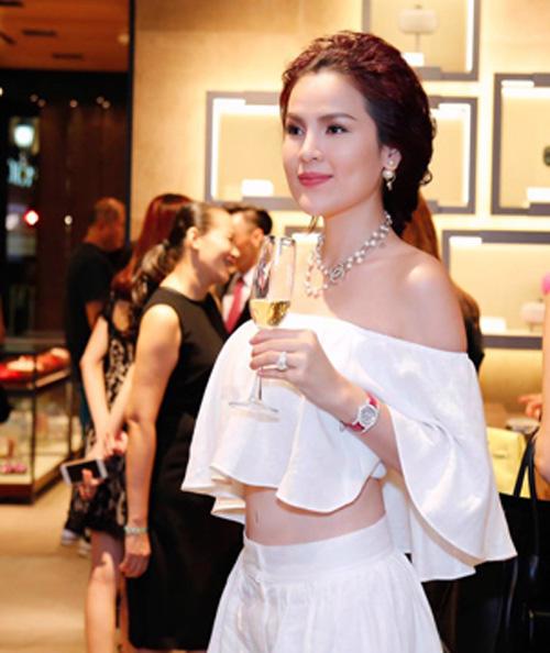 Vẻ đẹp cuốn hút của Hoa hậu Thu Thảo, Á hậu Phương Lê