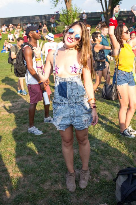 Áo lót, bikini, váy siêu ngắn tràn ngập lễ hội