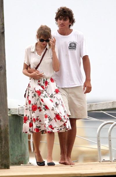 Taylor Swift đổi cách mặc mỗi khi có người yêu mới