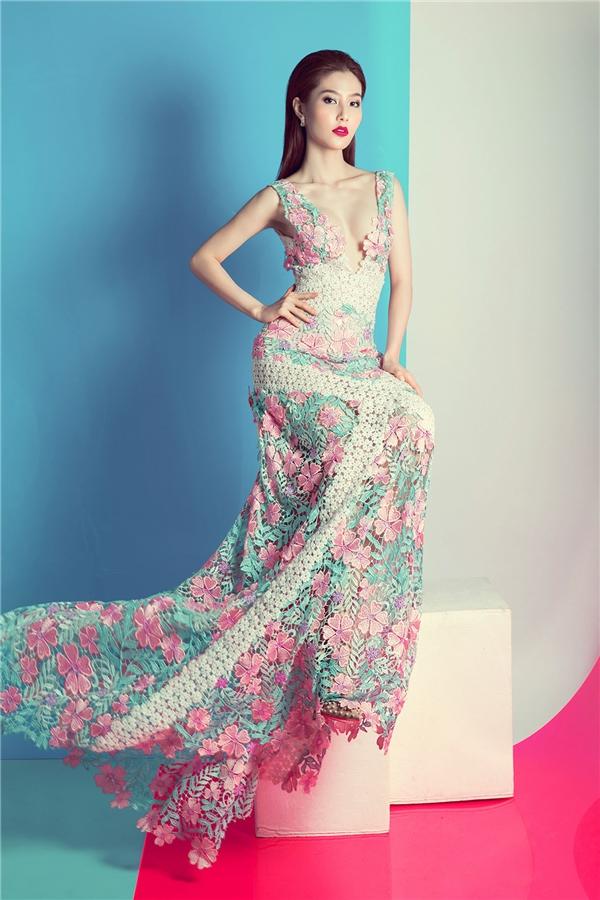 Váy ren xẻ sâu táo bạo, nóng bỏng của Diễm My