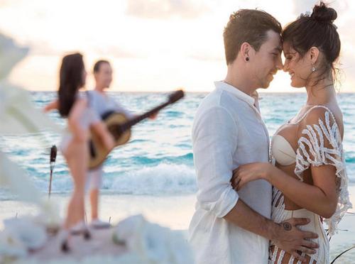 Cựu mẫu Victoria's Secret khoe nội y gợi cảm trong ngày cưới