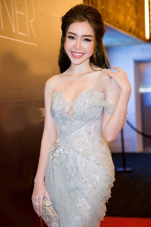 Đã sinh 2 con mà Elly Trần vẫn đẹp lộng lẫy như thế này đây!