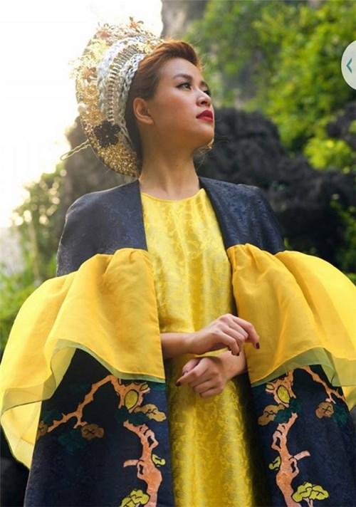"""Loạt váy áo của Hoàng Thùy Linh trong """"Bánh trôi nước"""""""