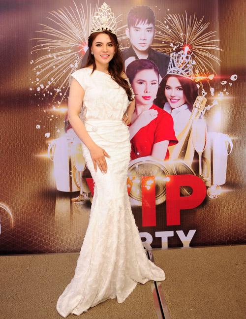 Á hậu Mai Phương Trang lộng lẫy với đầm trắng