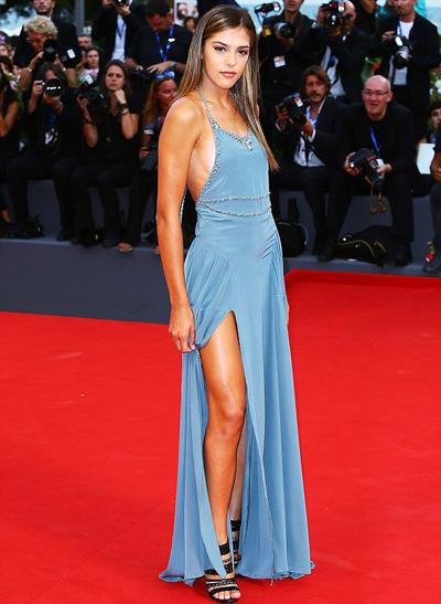 Con gái tài tử Sylvester Stallone diện mốt không nội y ở Venice