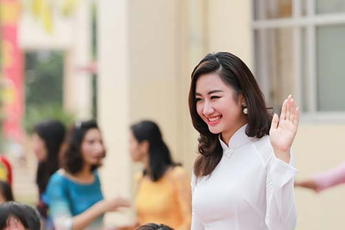 Hoa hậu Bản sắc Việt Thu Ngân đẹp tinh khôi về thăm trường cũ