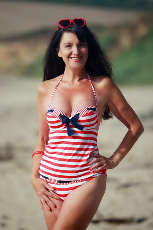 Ngực vẫn căng đầy, eo vẫn thon gọn, không thể tin được đây là bà lão 70 tuổi?
