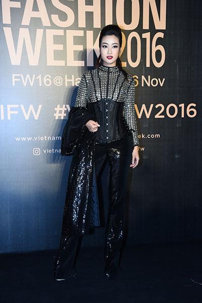 Hoa hậu Mỹ Linh diện mốt corset, Thanh Tú khoe nội y trên thảm đỏ