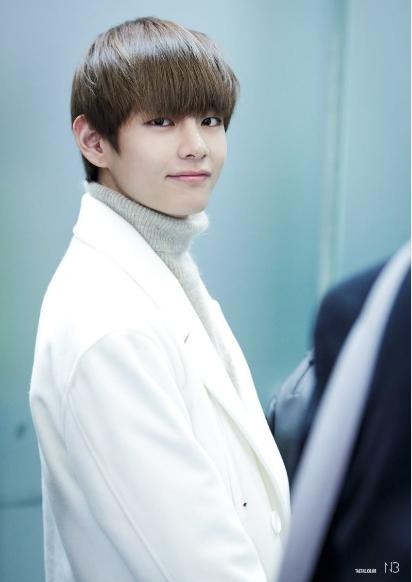 8 thần tượng Kpop đẹp ảo diệu khi đeo lens