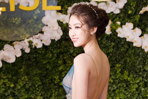 Hoa hậu Mỹ Linh diện váy khoe lưng trần giữa trời lạnh