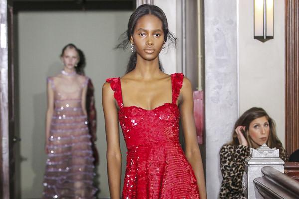 Người mẫu để ngực trần ở show thời trang Valentino