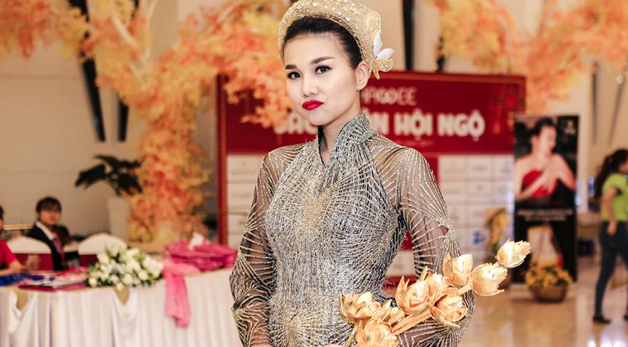 Thanh Hằng gây chú ý với bó sen được làm từ 50 lượng vàng