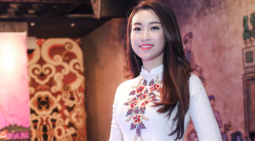 Hoa hậu Mỹ Linh giản dị đi sự kiện