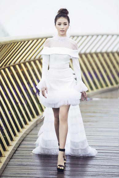 Hoa hậu, siêu mẫu catwalk trong mưa