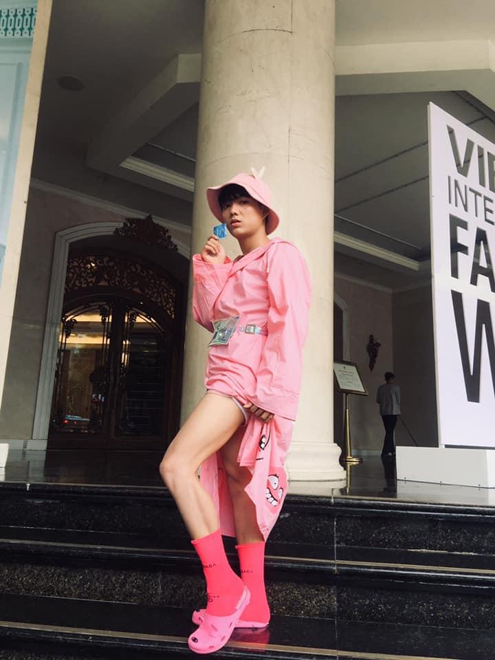 """Một """"ca khó"""" trên đường phố của Vietnam International Fashion Week"""