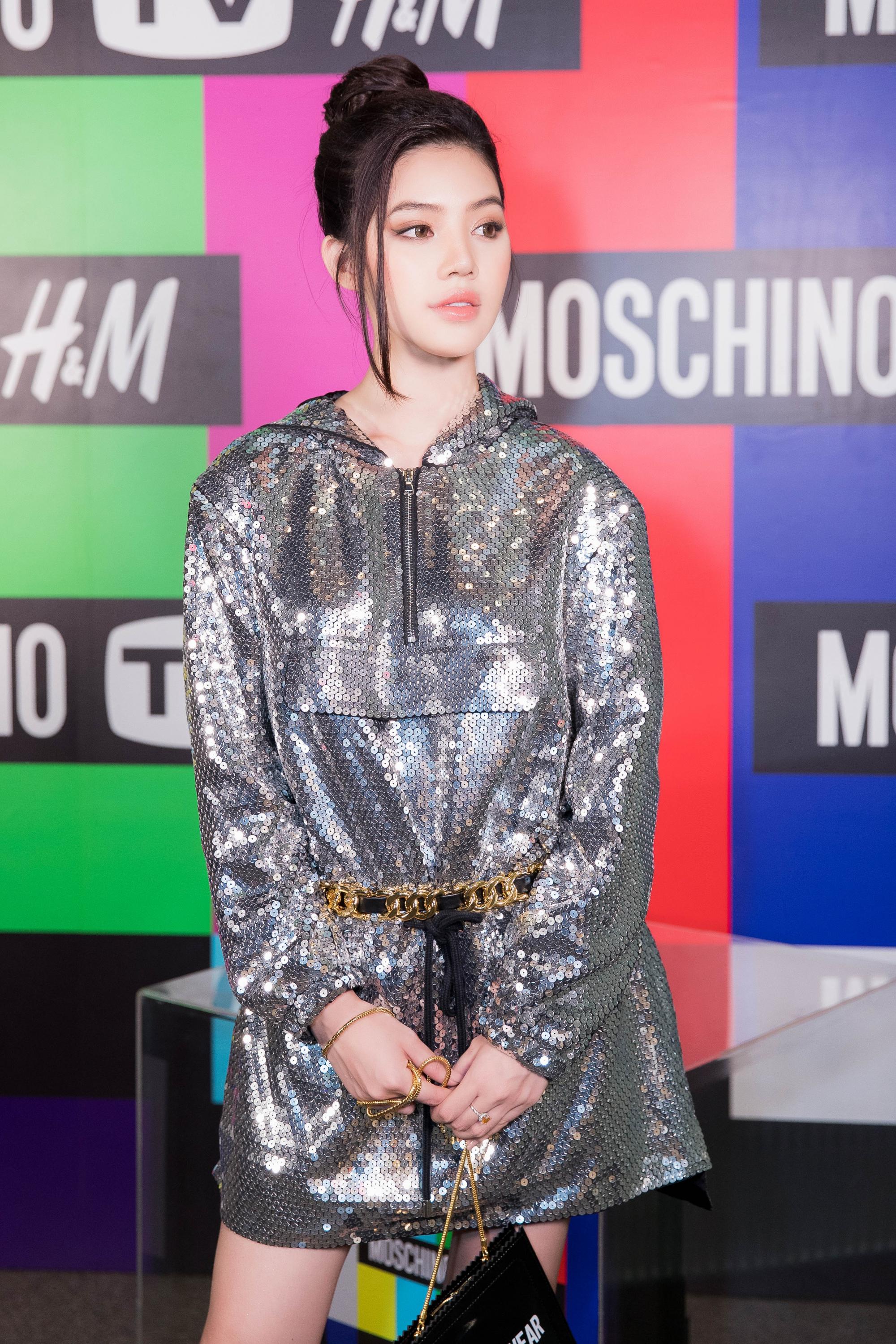 Jolie Nguyễn không hề kém cạnh siêu mẫu Naomi Campbell