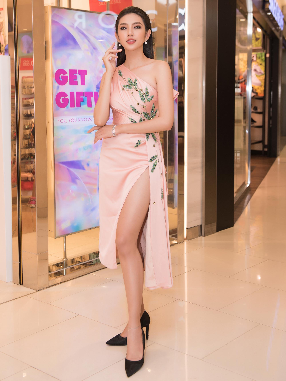 Thùy Tiên hóa quý cô thời trang khi tham gia sự kiện