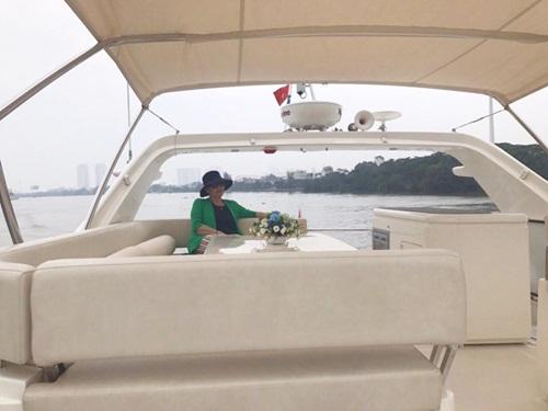 Lý Nhã Kỳ khoe ảnh mẹ ruột và chị gái trên du thuyền