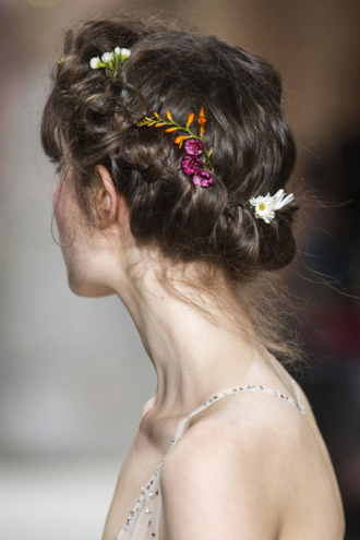 Những mẫu tóc đẹp tuyệt cho cô dâu ngày hè