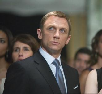 Phối caravat 'đỉnh' như James Bond