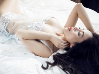 Á hậu Hạ My mặc đầm ngủ gợi cảm khiêu khích phái mạnh