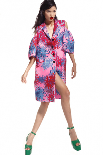 Chà Mi cá tính trong trang phục họa tiết hoa cúc