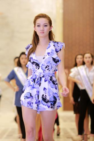 Chuyên gia Mỹ dạy thí sinh Hoa hậu đi catwalk