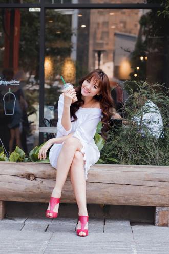 Hari Won tự tin dạo phố với giày TALAHA do cô sáng lập.
