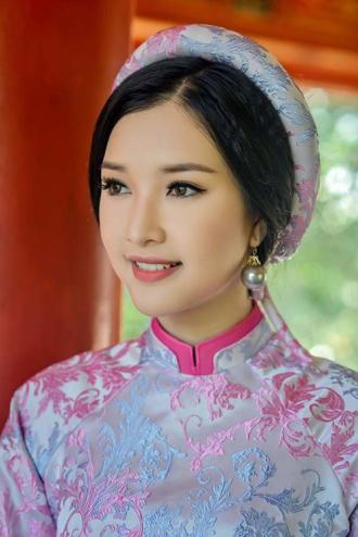 Nhan sắc đời thực mộc mạc khó tin của Nàng thơ xứ Huế