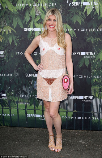 Nữ diễn viên gây choáng với váy lạ lẫm
