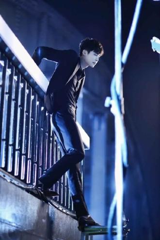 Ngắm vẻ đẹp 'chuẩn soái ca' của Lee Jong Suk khi diện sơ mi trong W