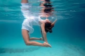Vẻ kỳ ảo cô gái trình diễn yoga dưới lòng đại dương