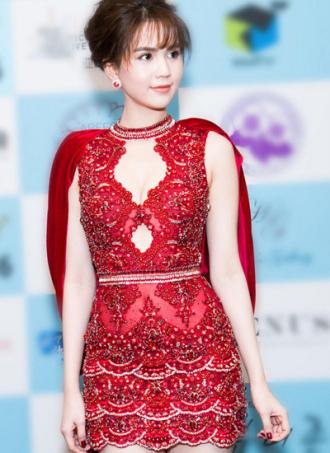 Đầm khoe đùi của Ngọc Trinh trên sân khấu hoa hậu Hàn Quốc
