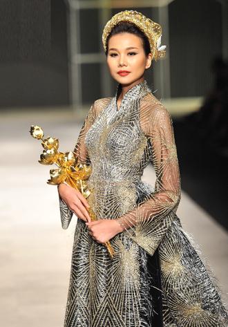 Ngắm siêu mẫu Thanh Hằng mang trang sức 2,6 tỷ đồng lên sàn diễn