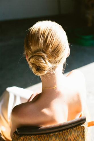 Những kiểu tóc búi thấp sang chảnh không hề già, sến dành riêng cho mùa đông