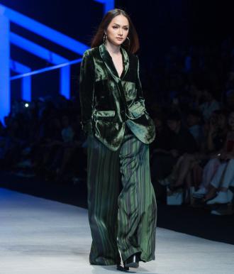 """Hương Giang """"chặt đẹp"""" trong từng đường catwalk"""