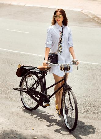 Phạm Hương đẹp ngọt ngào, đạp xe dạo phố