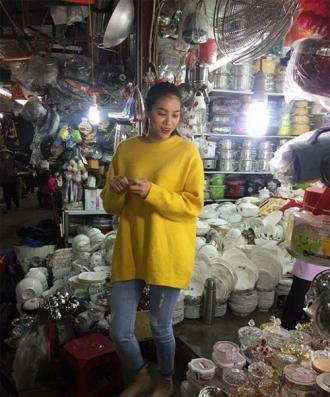 Hoa hậu Phạm Hương giản dị đi chợ quê khiến fan bất ngờ