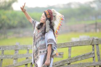 'Nữ thổ dân' tuổi teen xinh đẹp, giỏi giang, dày thành tích