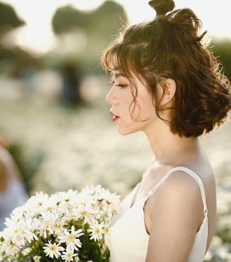 Phương Oanh khoe vẻ đẹp tươi tắn giữa vườn cúc họa mi
