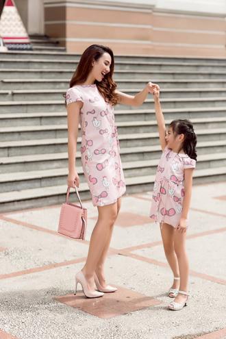 2 Mẹ con Hoa hậu Ngọc Diễm dạo phố với đồ đôi ngọt ngào