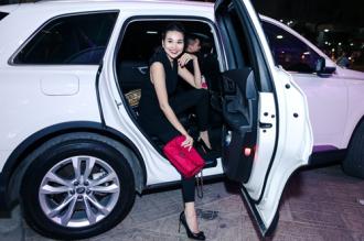 Chân dài Thanh Hằng tươi tắn khi được siêu xe chở đến Event