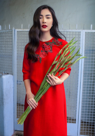 Mặc đầm đỏ mặn mà quyến rũ như Helly Tống