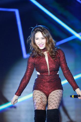 Sexy đột phá nhưng Hòa Minzy lại lộ quá nhiều mỡ thừa